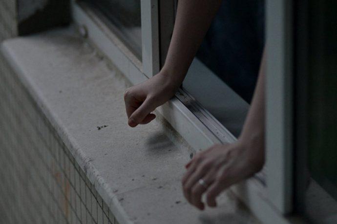 В Северной Осетии с девятого этажа выпала девушка