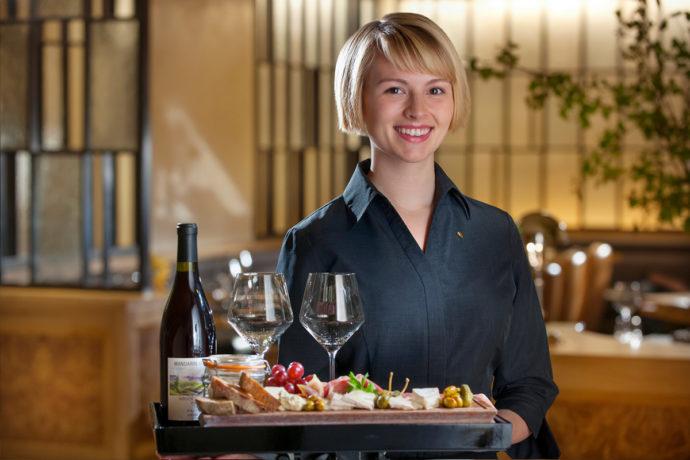 Владельцы ресторанов запрещают официантам ходить в медмасках