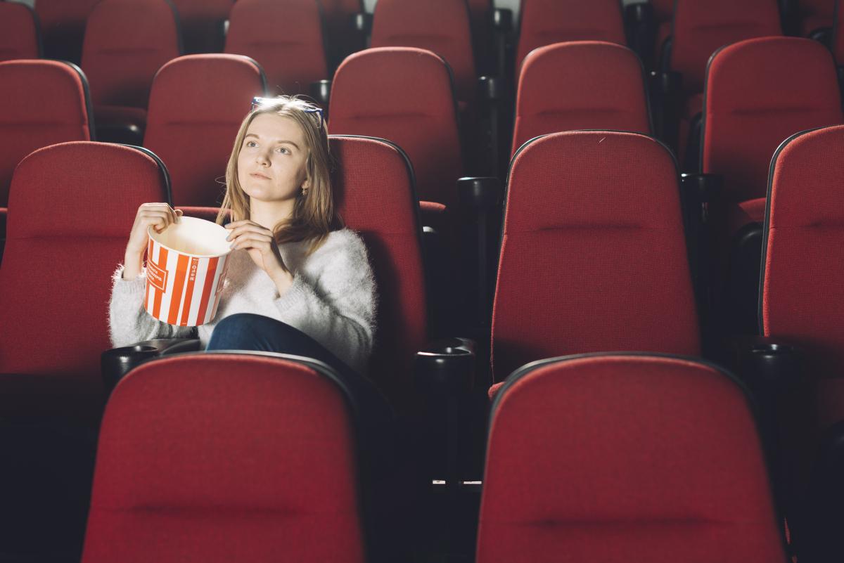Картинки девушки идущей в кино